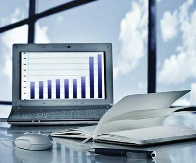 zarządzanie biznesem z pomocą laptopa