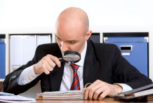 urzędnik kontroluje dokumenty