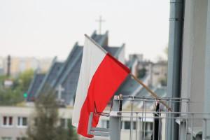 polska flaga na balkonie