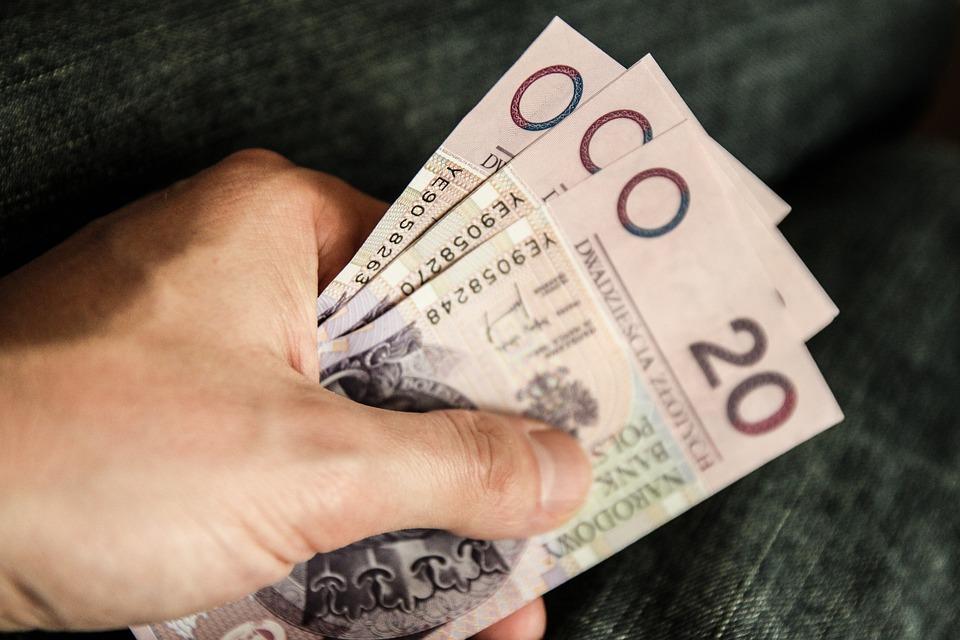rejestr dłużników - pieniądze w dłoni