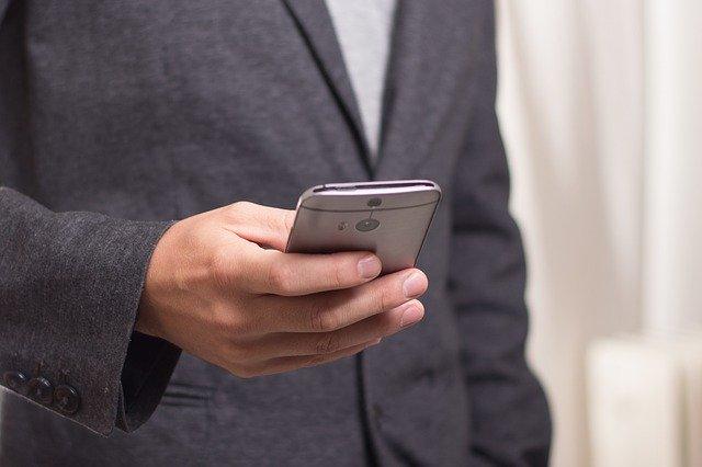 mężczyzna z telefonem w ręce