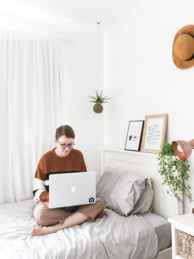dziewczyna z laptopem na łóżku